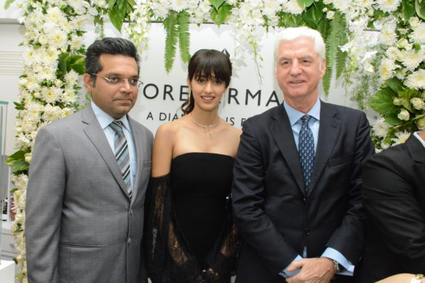Bhavin Jhakia (Chairman and MD, OM Jewellers) Disha Patani and Stephen Lussier (Global CEO, Forevermark Diamonds) celebrating Forevermark's association with OM Jewellers at Borivali West