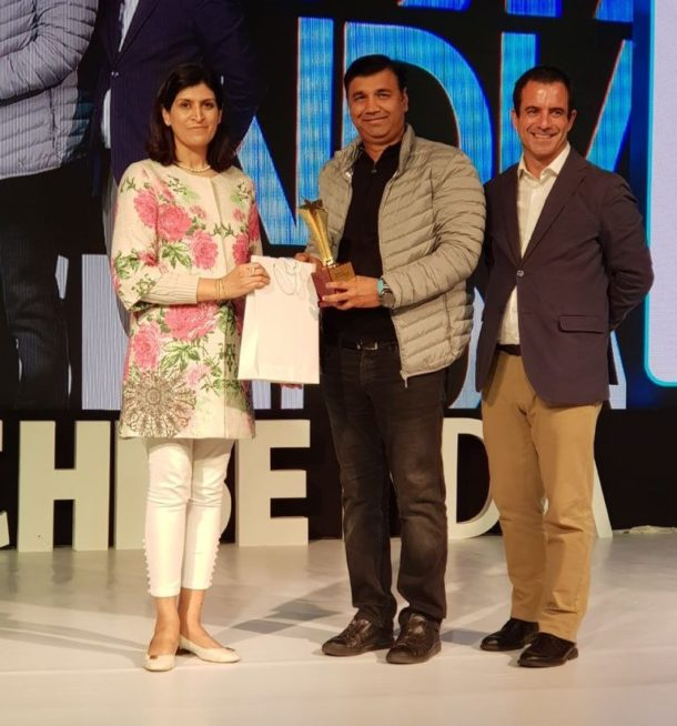 Mr. Yogesh Bhatia receiving the 'B2B Business of the Year' Award