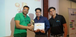 Mr. Sandeep Aggarwal, Founder and CEO rewarding the Seller at Droom Seller Meet
