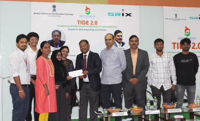 Sreedevi Reddy, Dr. A K Garg,  A. Madhukar Reddy and Shri Venugopal Reddy Kandimalla giving away the grand to the winners
