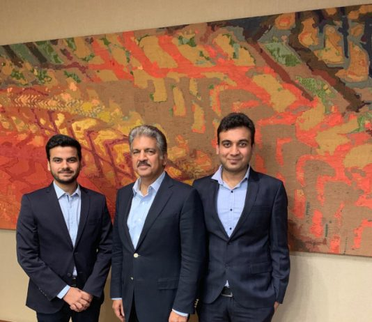Mr. Anand Mahindra with Shubhendra Vikram founder & CEO of Hapramp on his left and Pratyush Singh, CoFounder & CTO, hapramp on his right
